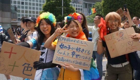 「10年前の私へ。ちゃんと幸せになれる」LGBTパレード、みんなが掲げたメッセージ(画像集)