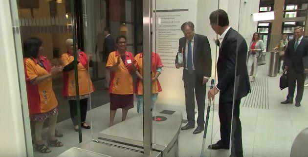 オランダ首相、カメラの前でコーヒーをぶちまける。その後とった行動とは…(動画)