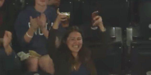 球場の奇跡。ファウルボールを、ファンがビールのカップでキャッチ(動画)