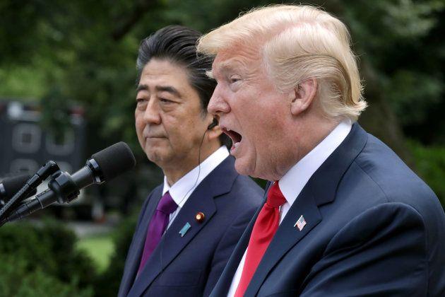 安倍首相(奥)と共同記者会見に臨むトランプ大統領=6月7日、ワシントン