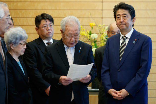 安倍晋三首相(右)と面会する、北朝鮮による拉致被害者家族会の飯塚繁雄代表(右から3人目)や横田早紀江さん(同5人目)ら=3月30日、東京