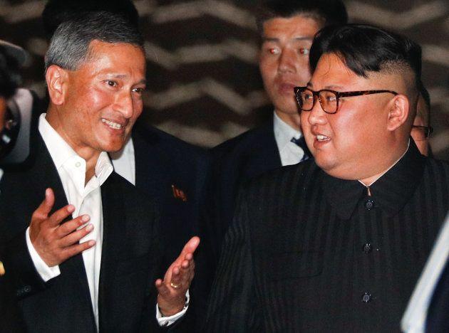 マリーナベイ・サンズを訪れたシンガポールのバラクリシュナン外相(左)と金正恩氏