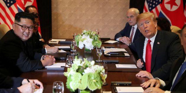 拡大会合に臨む金正恩氏(左)とトランプ大統領