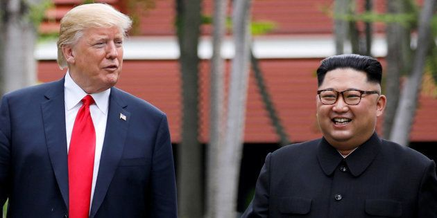 ワーキングランチ後、会談場所を散歩するアメリカのトランプ大統領と北朝鮮の金正恩・朝鮮労働党委員長=6月12日、シンガポール・セントーサ島