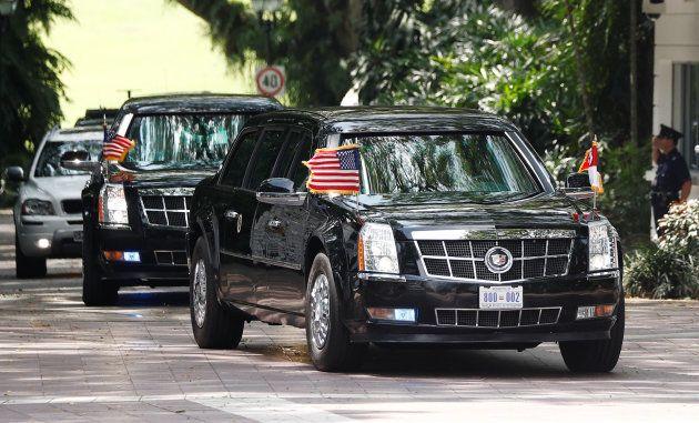 会談会場のホテルに向かうトランプ大統領を乗せた専用車などの車列=6月12日、シンガポール