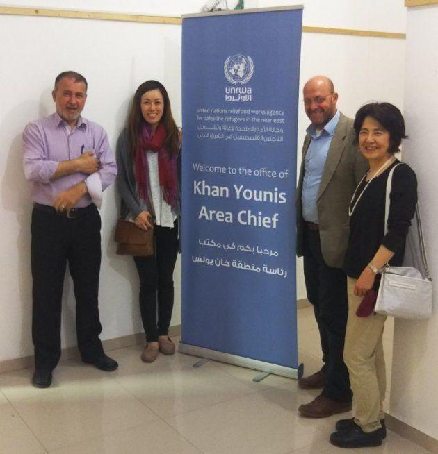 ハンユニスのUNRWA事務所で。右から妹尾、モハンマド