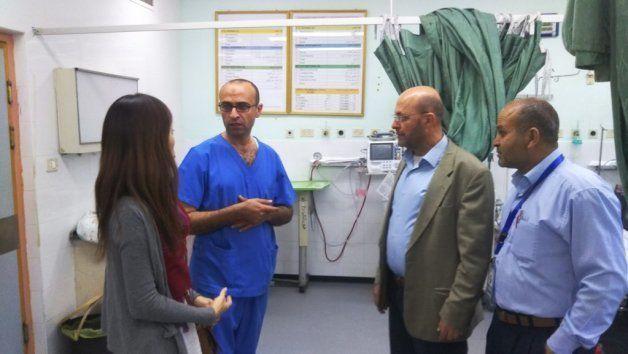 同病院の緊急治療室。停電の影響に悩む医師たち