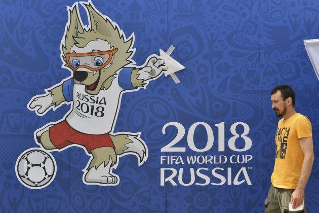 開会式と開幕戦が開かれるモスクワのスタジアム「ルイジニキ」にはられたザビワカのポスター