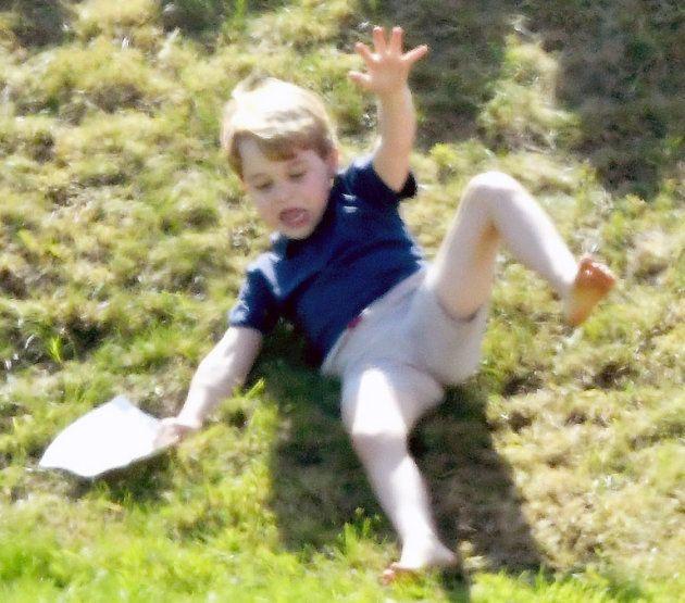 ジョージ王子、背中を押されて坂から転げ落ちる。でも、その姿もかわいい...