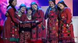 ワールドカップ応援、ロシアのおばあさんたち、かわいいダンスと歌にみんな夢中
