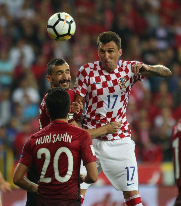 ヨーロッパ予選でトルコと対戦するクロアチアのマンジュキッチ(右)=2017年9月、トルコ