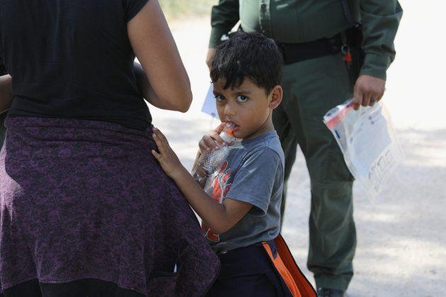 拘束の手続きを取る間に待っている、中米の亡命希望者。2018年6月12日撮影。