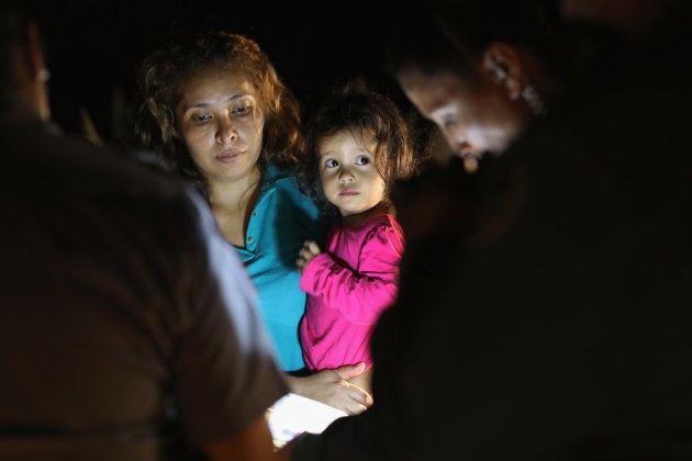 アメリカとメキシコの国境付近で拘留される、中米出身の亡命希望者。2018年6月12日、テキサス州マッカレンで撮影。