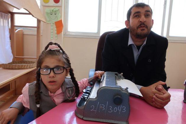点字タイプを学ぶ幼稚園児。現在16名が通うこの幼稚園は2018年夏に閉園となる予定