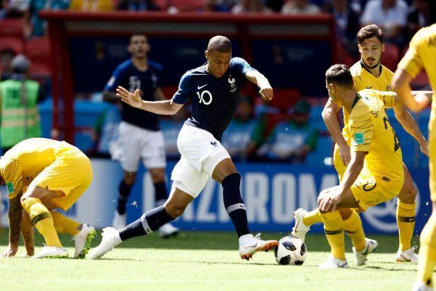 ドリブルでオーストラリア選手らの突破を試みるフランスのエムバペ(中央)6月16日、ロシア・カザン