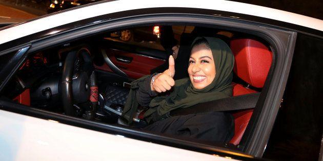 サウジアラビア東部アル・コバールで運転する女性