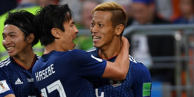 ゴールを決め、ほかの選手らと喜ぶ本田(右)=6月24日、ロシア・エカテリンブルク