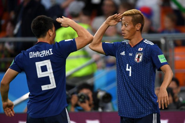 セネガルから同点ゴールを奪い、岡崎(左)と敬礼パフォーマンスで喜び合う本田=6月24日、ロシア・エカテリンブルク
