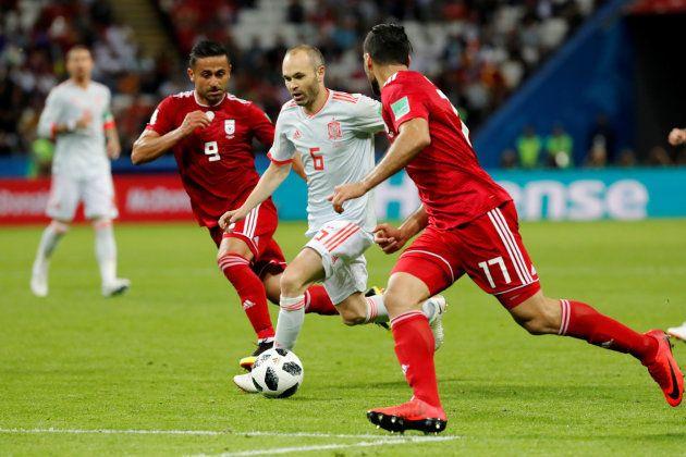 ドリブルでイラン選手の突破を試みるスペインのイニエスタ(中央)=6月20日、ロシア・カザン