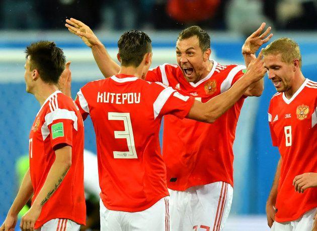エジプト戦でゴールを決め、喜ぶロシア選手たち=6月19日、ロシア・サンクトペテルブルク