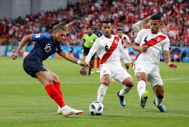 ペルーと対戦するフランスのエムバペ(左)=6月21日、ロシア・エカテリンブルク