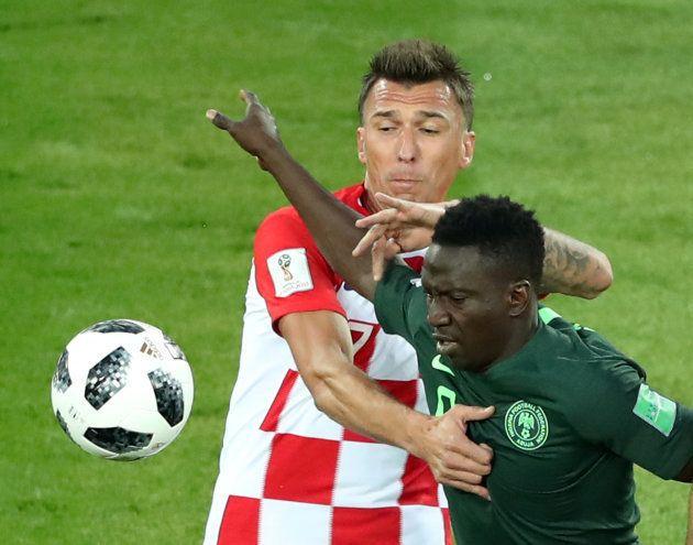 ナイジェリアの選手と競り合うクロアチアのマンジュキッチ=6月16日、ロシア・カリーニングラード