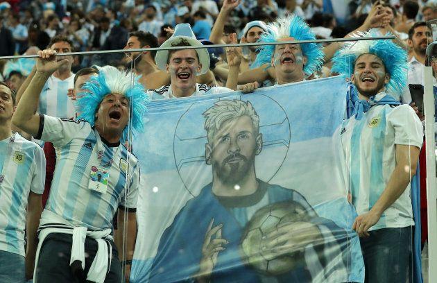 アルゼンチンの勝利を喜ぶサポーターたち
