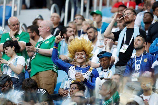アルゼンチンを応援するサポーターたち。漫画「ドラゴンボール」のベジータとみらえるコスプレをする人も