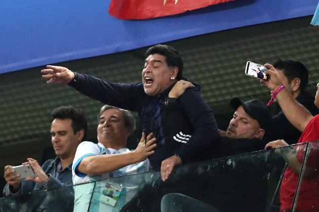 アルゼンチンの勝利を喜ぶマラドーナさん(中央)