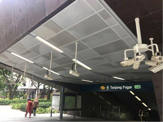 地下鉄入り口にある監視カメラの数にびっくり。