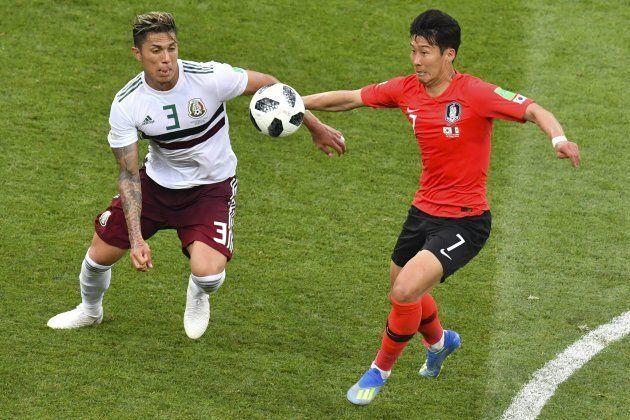 メキシコ選手と競り合う韓国の孫興民=6月23日、ロシア・ロストフナドヌー