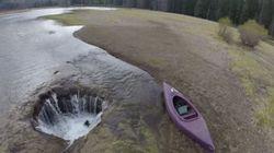オレゴンの巨大穴、湖を丸呑みする(画像)
