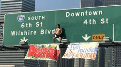 ロサンゼルスの道路標識によじ登った裸の男。最後にまさかのパフォーマンス
