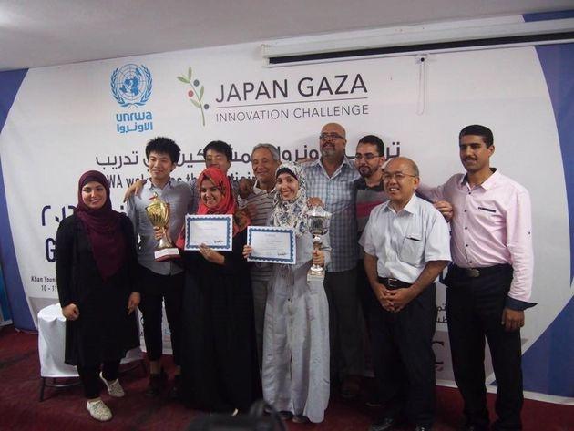 ジャパン・ガザ・イノベーション・チャレンジの2016年ビジネス・コンテストの表彰式。賞状を持って写る優勝者のマジドさん(左)と準優勝のアマルさん(右)