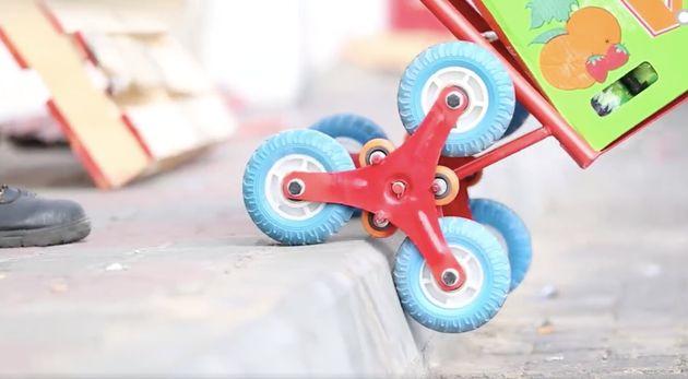 アマルさん達が「スケッチ・ウィール」と名付けた昇降用のキャリアーは小型の三輪で動く。これによって様々な高さの階段で利用できる