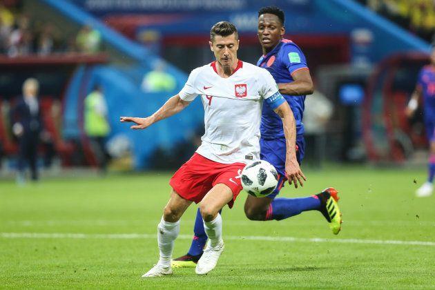 コロンビア選手と競り合うポーランドのレバンドフスキ(手前)=6月24日、ロシア・カザン