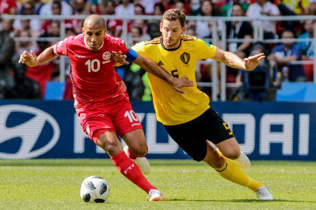 ベルギー選手と競り合うチュニジアのハズリ(左)=6月23日、モスクワ