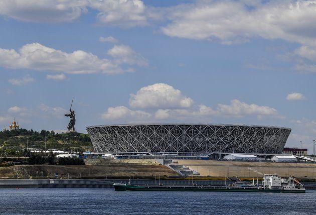 ボルゴグラード・スタジアム。すぐ横をボルガ川が流れる