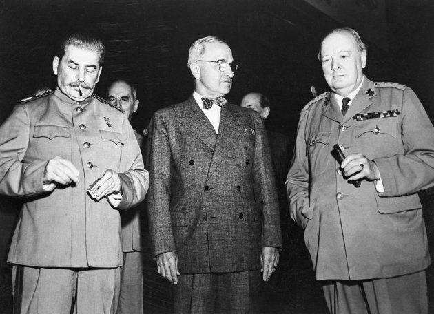 ベルリン郊外のポツダムで第二次大戦後の処理について話し合うソ連指導者のスターリン(左)とアメリカのトルーマン大統領(中央)、イギリスのチャーチル首相=1945年