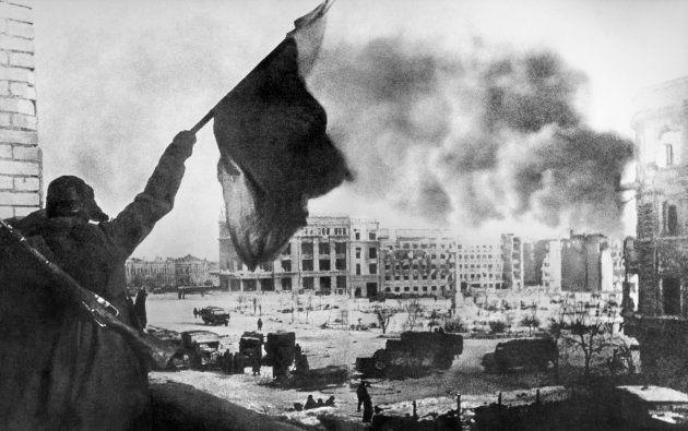 ナチス・ドイツ軍の降伏でスターリングラード攻防戦が終わり、赤旗を掲げるソ連軍兵士=1943年