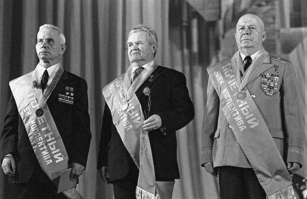 スターリングラード攻防戦の英雄たち。真ん中がザイツェフ=1983年1月