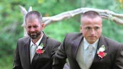 花嫁の父は結婚式を中断した。もう1人の父親とバージンロードを歩くために。