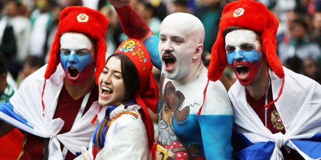 ロシア対サウジアラビア戦のスタジアムで応援するロシアのサポーターたち=6月14日、モスクワ