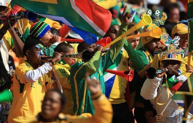 W杯南アフリカ大会の開会式で、ブブゼラを吹く南アフリカのサポーターたち=2010年