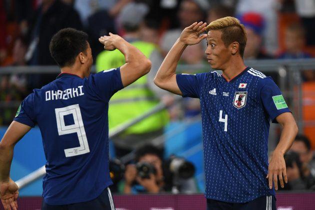 セネガル戦で同点弾を決めて岡崎慎司(左)と喜ぶ本田圭佑=6月24日、ロシア・エカテリンブルク
