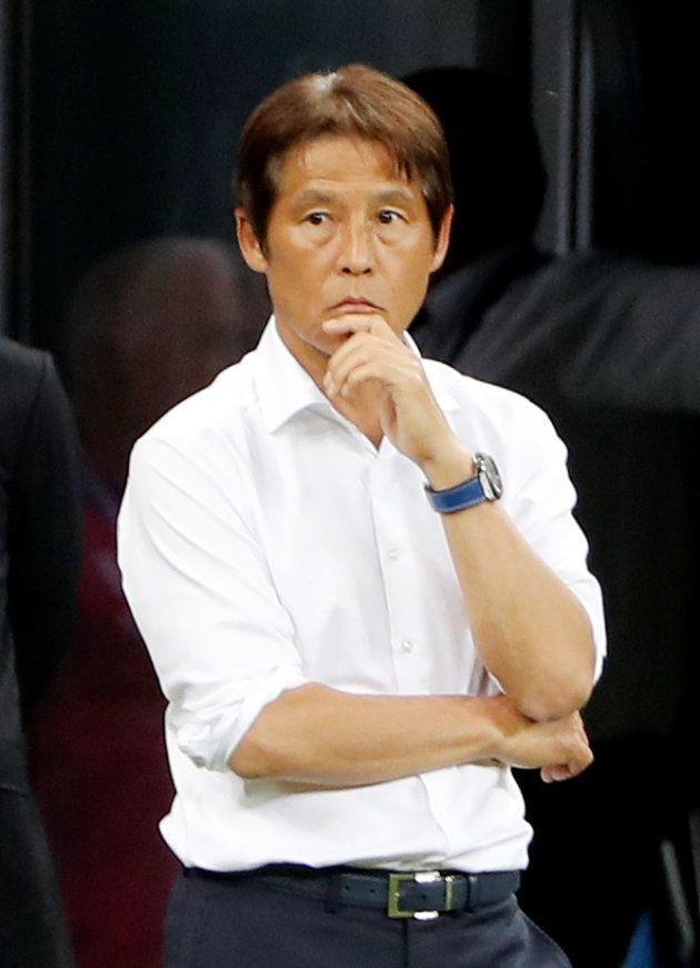 試合を見つめる西野朗監督