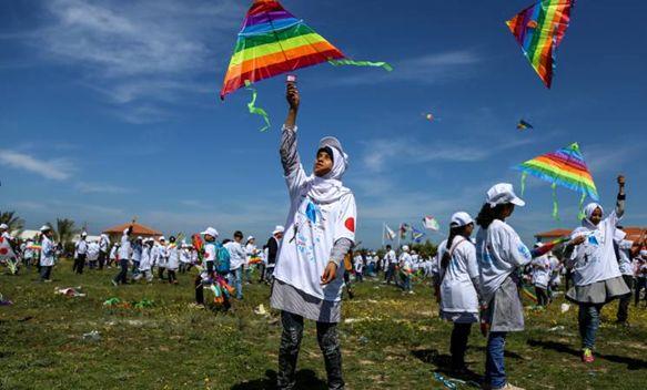 2018年3月13日、1,000人以上のパレスチナ難民の子どもたちがガザ地区のハンユニスの職業訓練所に集まり、日本とパレスチナの連帯を祝して凧揚げを実施。2011年の東日本大震災以降、毎年この凧揚げが実施されている
