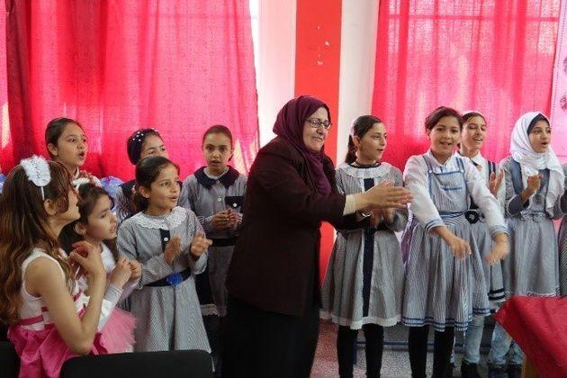 ラーウィア校長(中央)と生徒たち。ハンユニスのUNRWAの女子中学校で