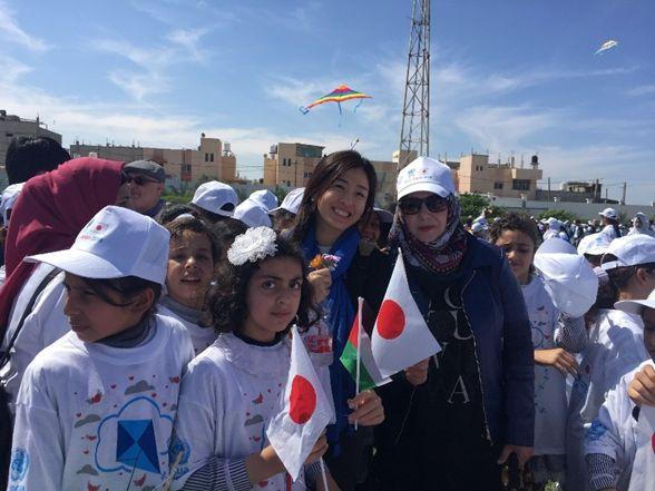 ハンユニスの凧揚げでの吉波佐希子UNRWA
