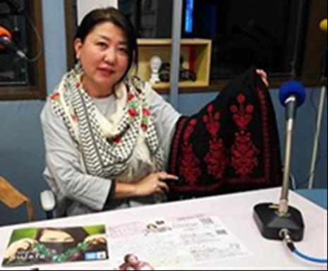 2018年4月にFM草津に出演し、刺繍を通したガザの難民女性への支援について語る北村さん